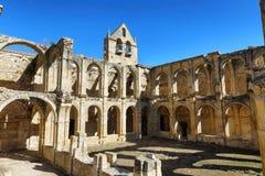 一个古老被放弃的修道院的废墟在圣玛丽亚de rioseco,西班牙 免版税库存图片