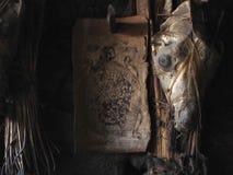 一个古老西藏吉祥人,护身符,一个佛教房子的卫兵:一条狗的头骨与被绘的眼睛的在木板条中,在l 免版税库存图片
