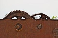 一个古老铁绞盘的齿轮 免版税库存照片