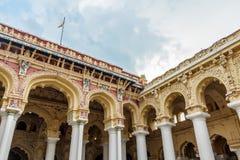 一个古老Thirumalai Nayak宫殿的侧视图有人、雕塑和柱子的,马杜赖,泰米尔・那杜,印度, 2017年5月13日 免版税库存照片