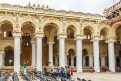 一个古老Thirumalai Nayak宫殿的侧视图有人、雕塑和柱子的,马杜赖,泰米尔・那杜,印度, 2017年5月13日 库存图片