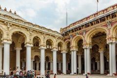 一个古老Thirumalai Nayak宫殿的侧视图有人、雕塑和柱子的,马杜赖,泰米尔・那杜,印度, 2017年5月13日 免版税库存图片