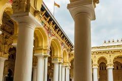 一个古老Thirumalai Nayak宫殿的侧视图有雕塑和柱子的,马杜赖,泰米尔・那杜,印度, 2017年5月13日 免版税库存照片