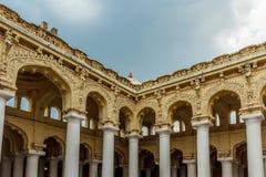 一个古老Thirumalai Nayak宫殿的侧视图有雕塑和柱子的,马杜赖,泰米尔・那杜,印度, 2017年5月13日 库存图片
