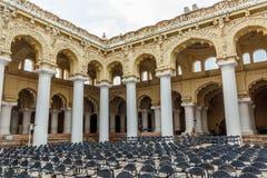 一个古老Thirumalai Nayak宫殿的宽看法有人、雕塑和柱子的,马杜赖,泰米尔・那杜,印度, 2017年5月13日 免版税图库摄影