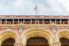 一个古老Thirumalai Nayak宫殿的宽看法有人、雕塑和柱子的,马杜赖,泰米尔・那杜,印度, 2017年5月13日 免版税库存照片