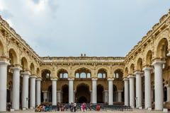 一个古老Thirumalai Nayak宫殿的宽看法有人、雕塑和柱子的,马杜赖,泰米尔・那杜,印度, 2017年5月13日 库存图片