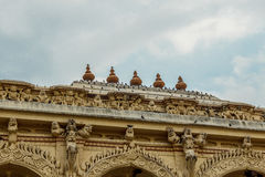 一个古老Thirumalai Nayak宫殿的宽看法有人、雕塑和柱子的,马杜赖,泰米尔・那杜,印度, 2017年5月13日 库存照片