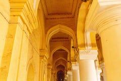 一个古老Thirumalai Nayak宫殿的狭窄的看法,有柱子和雕塑的,泰米尔・那杜,印度, 2017年5月13日马杜赖 库存图片
