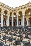 一个古老Thirumalai Nayak宫殿的狭窄的看法,有柱子和雕塑的,泰米尔・那杜,印度, 2017年5月13日马杜赖 免版税图库摄影