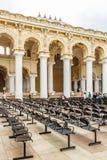 一个古老Thirumalai Nayak宫殿的狭窄的看法,有柱子和雕塑的,泰米尔・那杜,印度, 2017年5月13日马杜赖 免版税库存照片