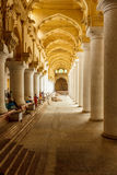 一个古老Thirumalai Nayak宫殿的狭窄的看法,有柱子和雕塑的,泰米尔・那杜,印度, 2017年5月13日马杜赖 免版税库存图片