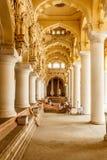 一个古老Thirumalai Nayak宫殿的狭窄的看法,有柱子和雕塑的,泰米尔・那杜,印度, 2017年5月13日马杜赖 库存照片