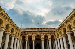 一个古老Thirumalai Nayak宫殿的看法有雕塑和柱子的与黑暗的天空,马杜赖,泰米尔・那杜,印度, 2017年5月13日 免版税库存照片