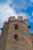 一个古色古香的中世纪英国城堡塔门面的外视图从下面 库存图片