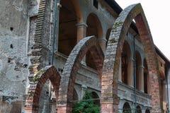 一个古色古香的城堡大厦入口的废墟:三Archs 库存照片