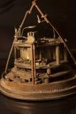 一个古色古香的时钟的嵌齿轮和机制的侧视图 库存图片