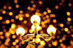 一个古色古香的灯笼的照片有黄灯和光芒的在晚上 免版税库存照片