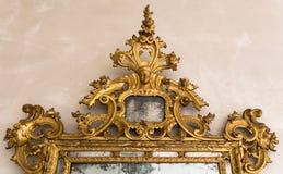 一个古色古香的镜子的被镀金的框架细节  免版税图库摄影
