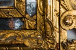 一个古色古香的镜子的被镀金的框架细节  免版税库存照片