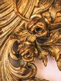 一个古色古香的镜子的被镀金的框架细节  库存图片