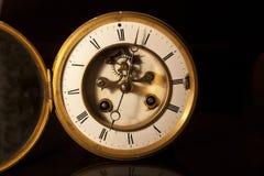 一个古色古香的维多利亚女王时代的时钟的面孔 免版税库存照片