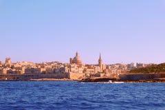 一个古都城市瓦莱塔的一幅惊人的全景在马耳他,深蓝海 免版税库存照片
