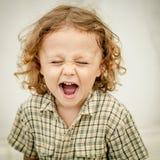 一个叫喊的小男孩的画象 免版税库存图片
