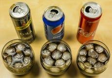 一个可乐式碳酸化合的饮料的介绍从各种各样的生产商的:百事可乐、可口可乐和Schweppes,涌入gl 库存图片