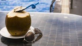 一个可口椰子在水池的一个好夏日 免版税库存照片