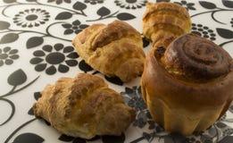 一个可口蛋糕用葡萄干和新月形面包 免版税库存图片