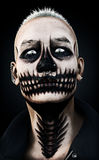 一个可怕剧烈凝视的男性的画象与头骨构成和穿甲的在黑背景 3d翻译 免版税库存图片