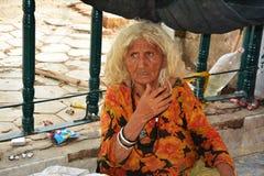 一个可怜的无家可归的夫人在巴基斯坦 库存图片