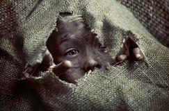 一个可怜的肮脏的男孩孩子的画象 免版税库存照片