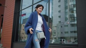 一个可爱的女孩的画象一件蓝色外套的 时髦的女人年轻人 股票录像