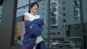一个可爱的女孩的画象一件蓝色外套的 时髦的女人年轻人 影视素材