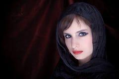 一个可爱的女孩的纵向有围巾hijab的 免版税库存图片