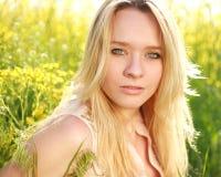 一个可爱的女孩的画象的自然关闭在春天草甸 免版税库存照片