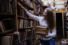 一个可爱的学生女孩的生活方式画象在葡萄酒图书馆或书店里 图库摄影