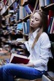 一个可爱的学生女孩的生活方式画象在葡萄酒图书馆或书店里 库存图片