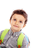 一个可爱的小男孩的画象有背包的 免版税库存照片