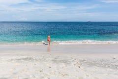 一个可爱的年轻人的画象一个热带海滩的 免版税库存图片
