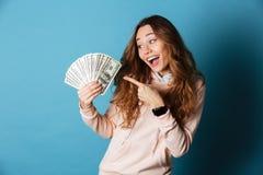 一个可爱的愉快的女学生的画象有背包的 免版税库存照片