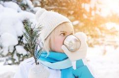 一个可爱的白肤金发的女孩的画象喝从杯子的热的茶 图库摄影