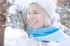 一个可爱的白肤金发的微笑的女孩的画象 库存图片