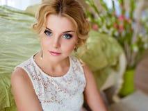 一个可爱的肉欲的蓝眼睛的金发碧眼的女人的画象白色bl的 库存照片