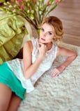 一个可爱的肉欲的蓝眼睛的金发碧眼的女人的画象白色bl的 免版税库存照片