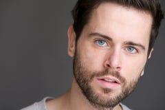 一个可爱的年轻人的画象有蓝眼睛和胡子的 免版税库存照片