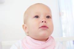 一个可爱的婴孩的画象反对白色背景的 免版税库存图片