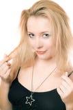 一个可爱的年轻金发碧眼的女人的特写镜头画象 免版税图库摄影